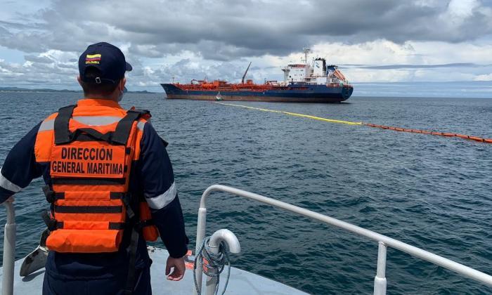 El 'Venezia D' recibe carga de químicos del buque noruego