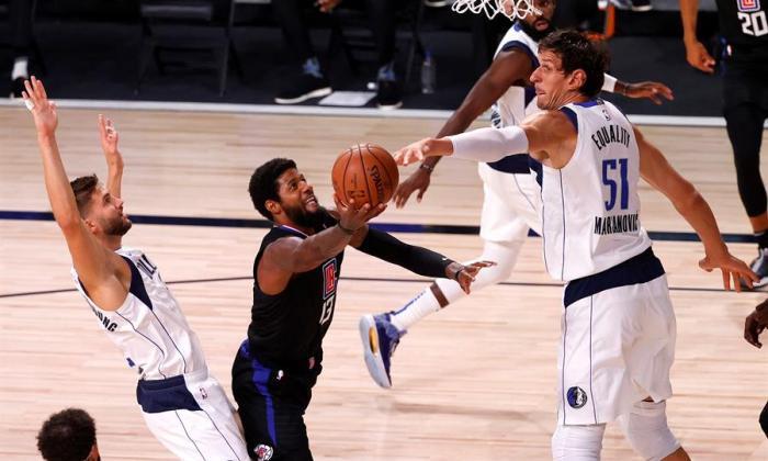 Paul George, de los Clippers, intenta eludir el bloqueo de Boban Marjanovic.