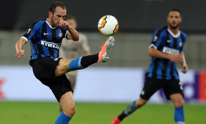 Diego Godín despejando un balón con el Inter de Milán.