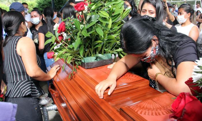 Familiares de víctimas de la masacre de Samaniego, Nariño, lamentan la muerte de los ocho jóvenes.