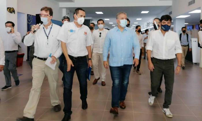 El presidente Iván Duque junto el alcalde Jaime Pumarejo durante el recorrido.