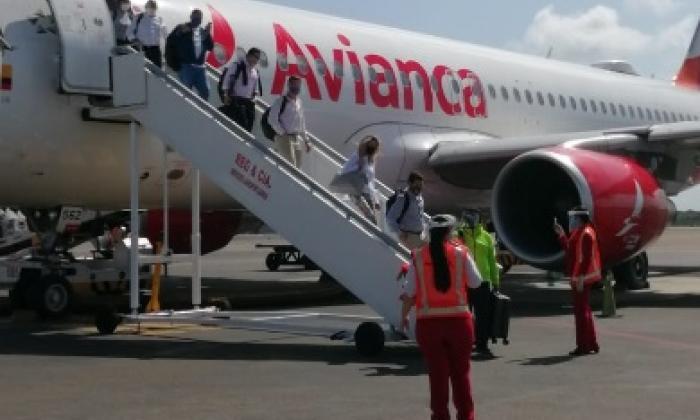 Pasajeros descienden del AV9542 procedente de Bogotá.