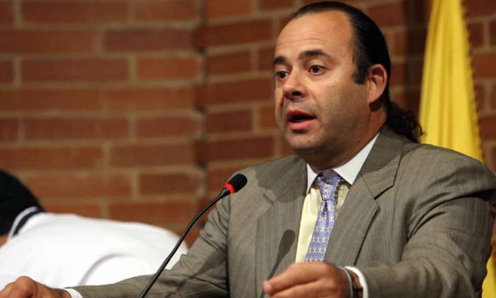 Críticas a solicitud de Luigi Echeverry de que no entrevisten a Iván Cepeda
