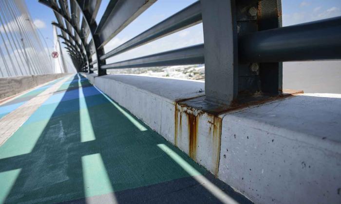 Óxido en la base de las barreras laterales de seguridad del nuevo puente.