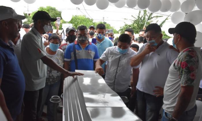 Globos y flores blancas para niña asesinada en Montelíbano