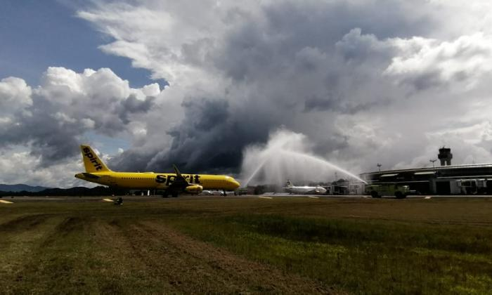 Avión de la aerolínea estadounidense Spirit llegando a Rionegro.