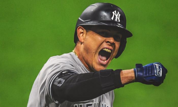 Giovanny Urshela celebra mientras corre las bases tras conectar su cuadrangular con bases llenas.