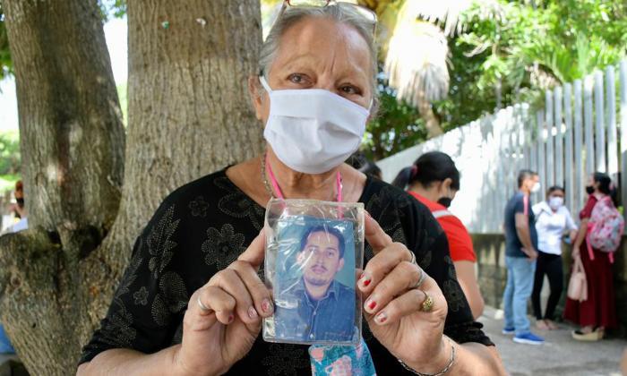 Elizabeth Díaz Sánchez, madre de la víctima en las instalaciones de Medicina Legal.