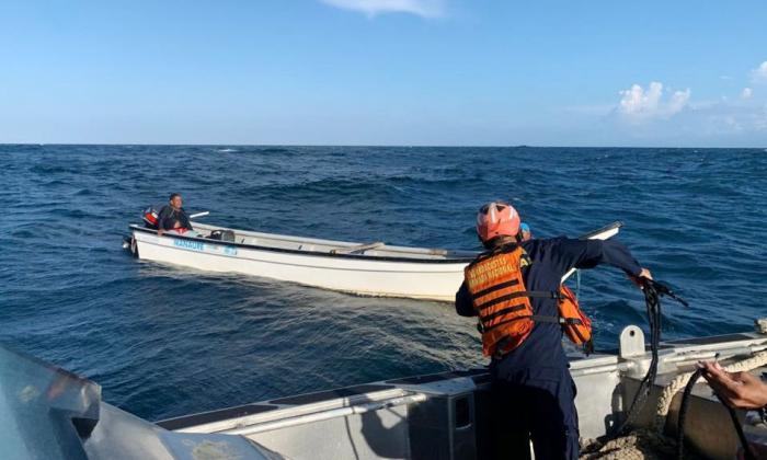 Rescataron a dos pescadores varados a la deriva en alta mar