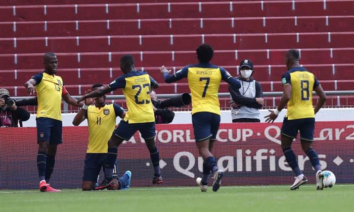 Los jugadores de la selección ecuatoriana celebran uno de los tantos ante Uruguay.