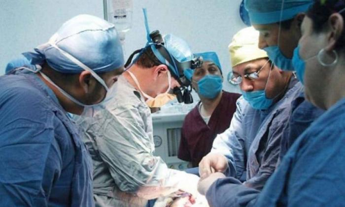 Grupo de médicos trabajando en un quirófano.