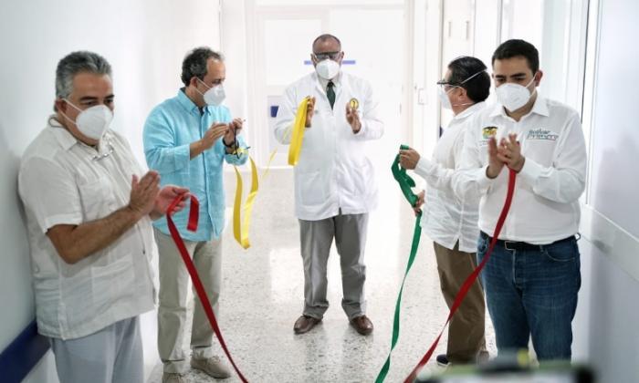El minisalud, Fernando Ruiz; el gobernador Vicente Blel, el gerente interventor, Fabio Aguirre, y e supersalud, Fabio Aristizábal, en la entrega de los dos nuevos pisos para el HUC de Cartagena.