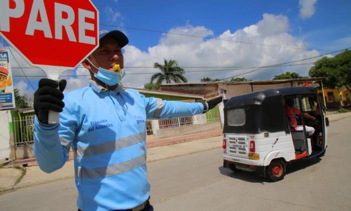Un agente regula el tránsito en un municipio.