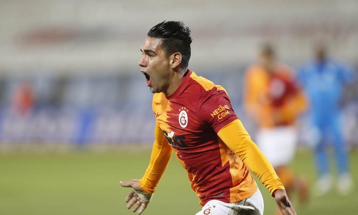 Falcao, gol del triunfo y primera expulsión en Europa