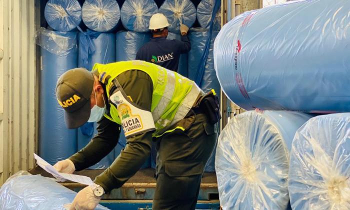 Aprehenden contenedor con tela de contrabando