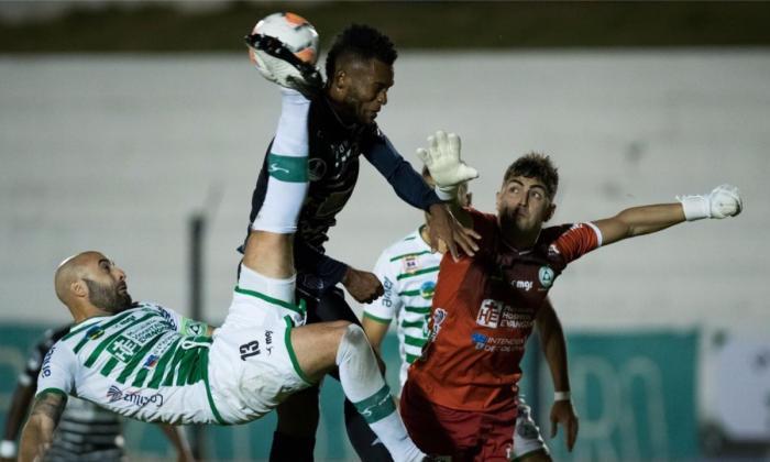 Mele sale en un despeje en busca de rechazar un intento ofensivo de Miguel Ángel Borja.