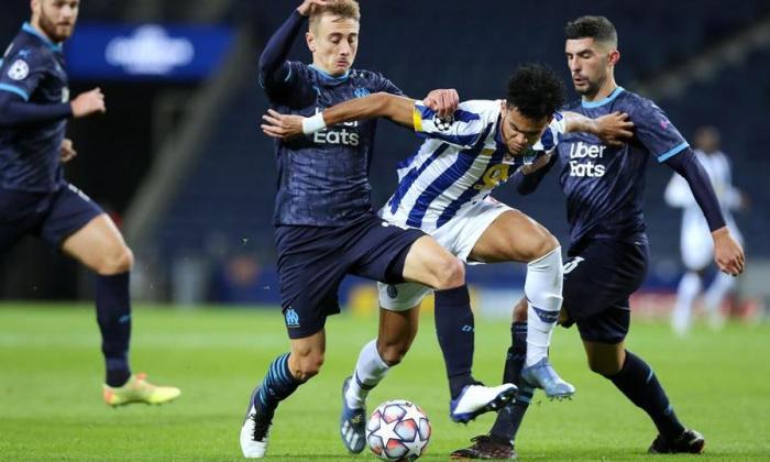 Luis Díaz intenta eludir a dos rivales en el encuentro frente al Marsella.