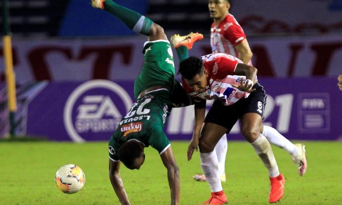 James Sánchez disputa el balón con un rival.