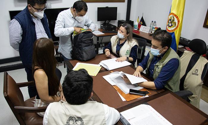 El registrador Vega sostiene un encuentro con su equipo de trabajo.
