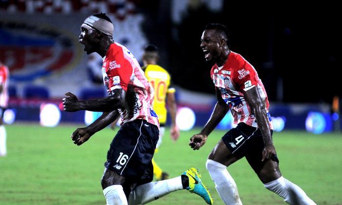 Germán Mera corre emocionado a celebrar el gol que abrió el camino victorioso. Lo acompaña Willer Ditta.
