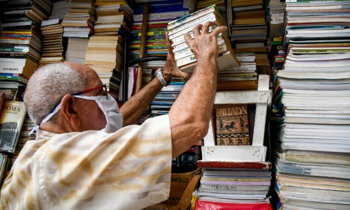 José Arteta vende libros desde 1971. En el local No. 1 de la Antigua Casa Vargas tiene alrededor de 3.000 libros entre clásicos de la literatura y textos escolares.