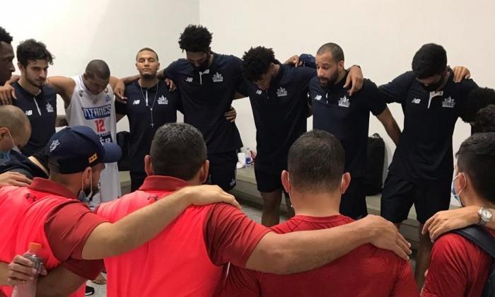 Los jugadores de Titanes elevaron una oración de agradecimiento tras el paso a la final.