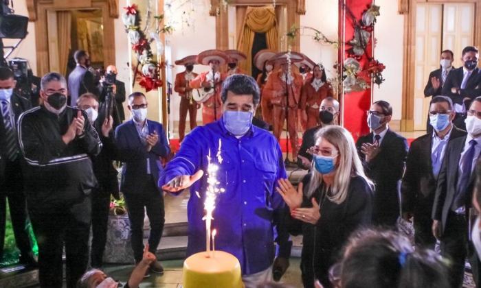 En video | Maduro intentó soplar la vela de su cumpleaños con tapaboca
