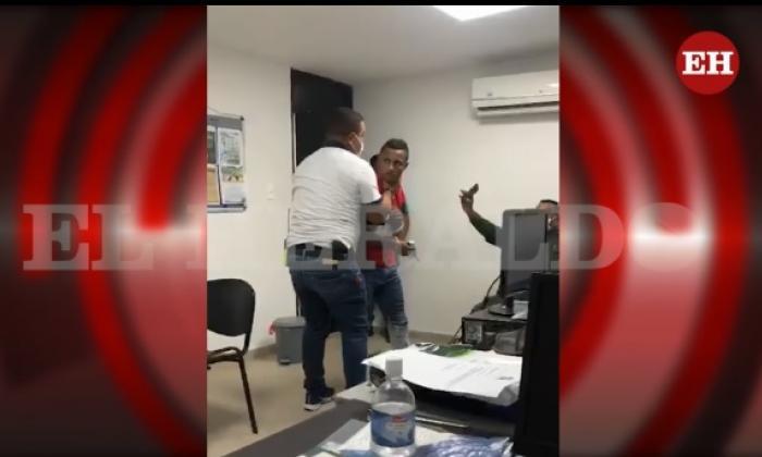 En video   Investigador de la Sijín agrede a un capturado
