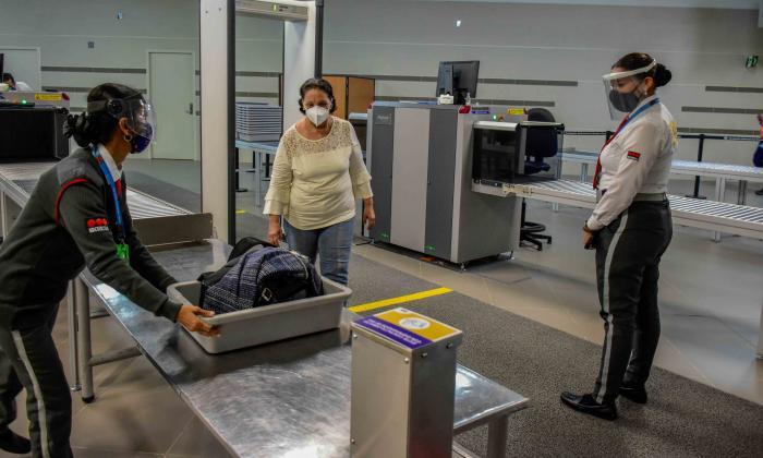 Duro debate por pruebas PCR a viajeros internacionales