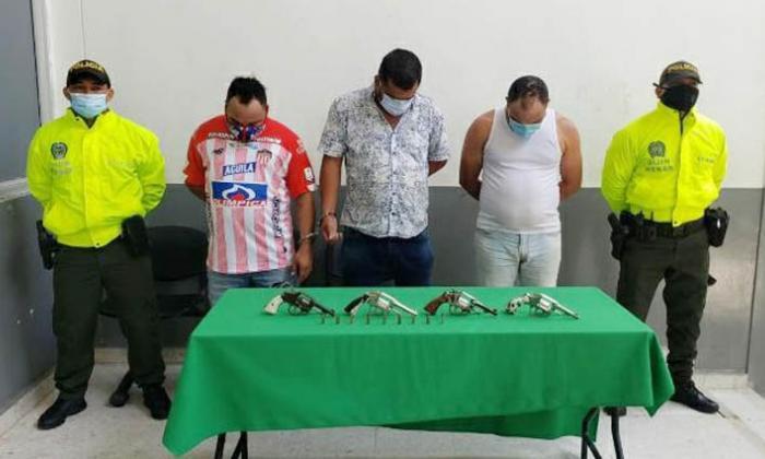 Los capturaron en un taxi con cuatro armas de fuego