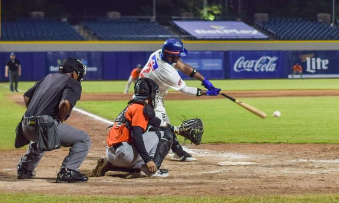 Dilson Herrera, de Caimanes, tomando turno en un duelo entre las dos novenas de Barranquilla.