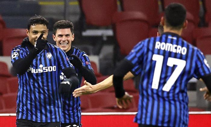 Luis Fernando Muriel celebra su tanto con dos de sus compañeros en el Atalanta.