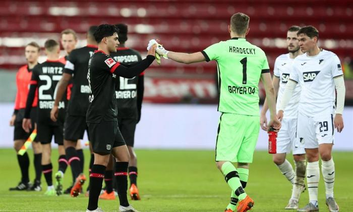 Los jugadores del Bayern Leverkusen celebran la victoria y el liderato de la liga.