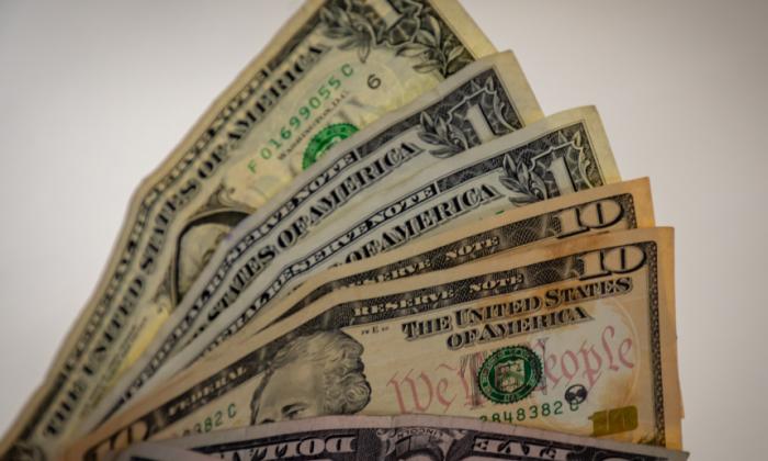 El dólar pierde fuerza por cuarto día consecutivo