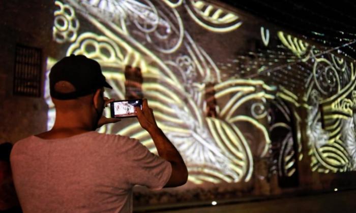 Un espectador capta una de las imágenes desde la Catedral de Cartagena.