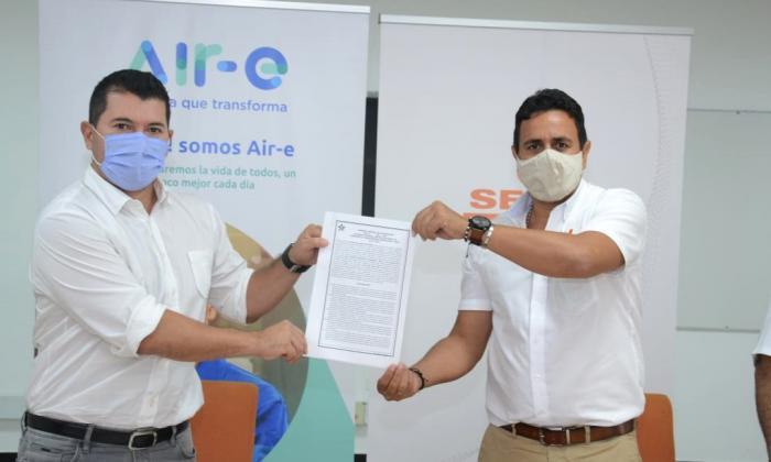 Ingeniero Jhon Jairo Toro, Gerente General de Air-e y el Director Regional del Sena en el Magdalena, Víctor Hugo Armenta Herrera.