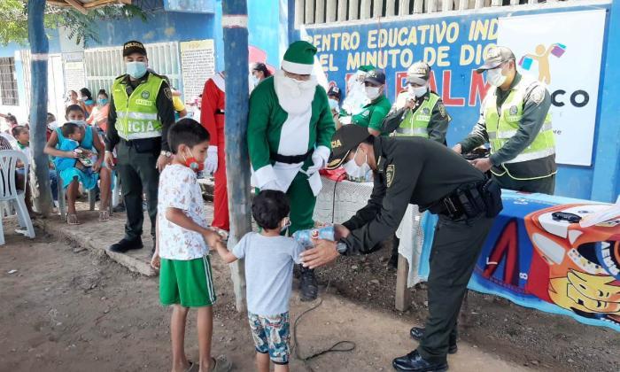Policía y dirigentes políticos alegran la Navidad a los niños de Sucre