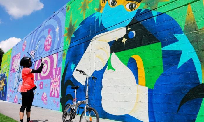Mural en homenaje a los galenos, frente al Hospital Méderi en Bogotá.