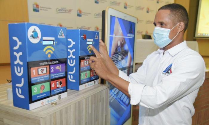 José Luis Bello Solórzano, egresado del Sena, junto a Flexy, con la que espera llevar internet de buena calidad a las áreas apartadas.