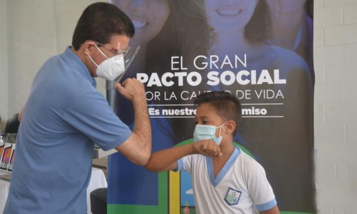 El alcalde Rodolfo Ucrós junto a un estudiante.