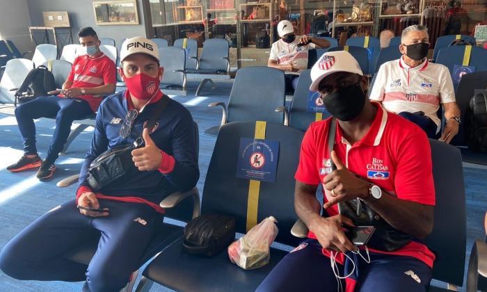 Fabián Ángel, Sebastián Viera y Germán Mera en el aeropuerto de Bogotá esperando el embarque hacia Medellín.