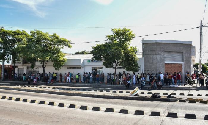 Largas filas para reclamar medicamentos en las EPS