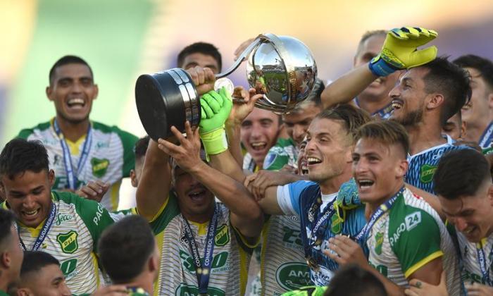 La celebración de Defensa y Justicia con el trofeo de campeón de la Copa Sudamericana.