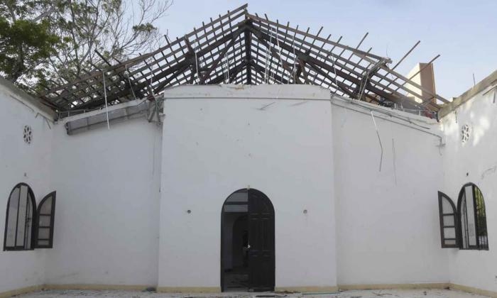 Aspecto de un salón del edificio de Bellas Artes, cuyo techo se encuentra totalmente destruido.