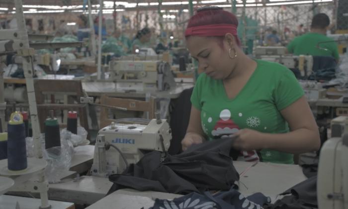 Una mujer trabajando en un taller de costura.