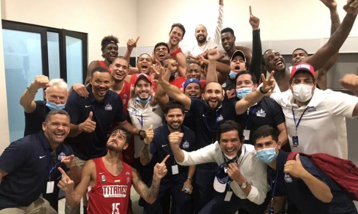 El festejo de los jugadores, cuerpo técnico y dirigentes de Titanes en el camerino tras la primera victoria.