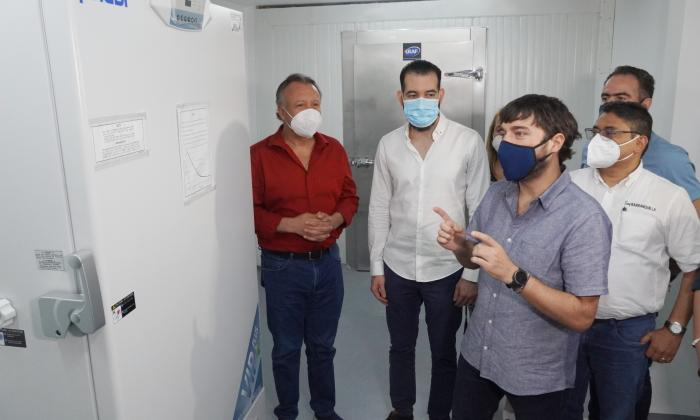 Autoridades realizan una inspección al ultracongelador que se habilitó en Barranquilla.