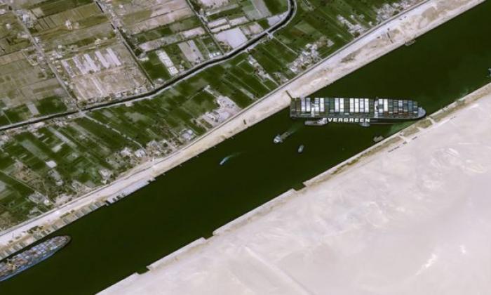 Jefe del canal de Suez admite que no sabe cuándo podrá ser desbloqueado