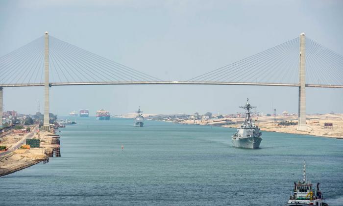 Atasco en canal de Suez afecta aún a 119 barcos tras una semana desbloqueado