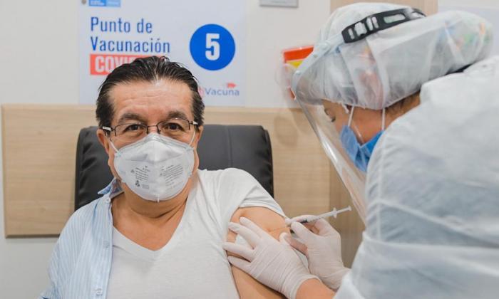 Ministro de Salud, Fernando Ruiz fue vacunado contra la covid